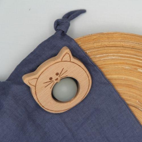 bijtring grijs met bal op doek in bamboe schaal op grijze achtergrond