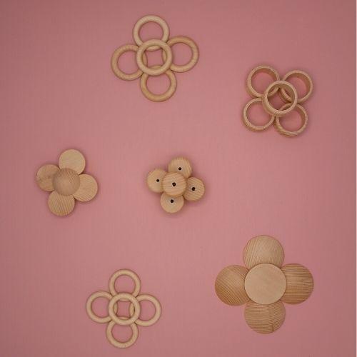 bloemen van houten loose parts op roze achtergrond
