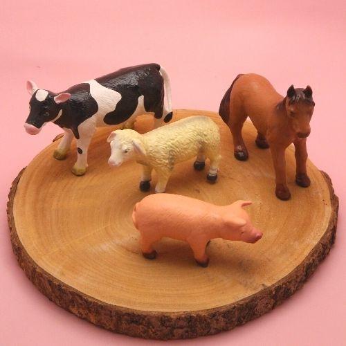boerderijdieren op boomstam met roze achtergrond