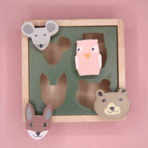 vormpjes bosdieren van bovenaf met roze achtergrond