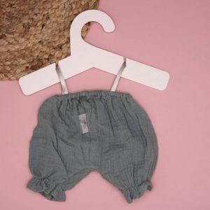 broek mint aan hanger op roze achtergrond