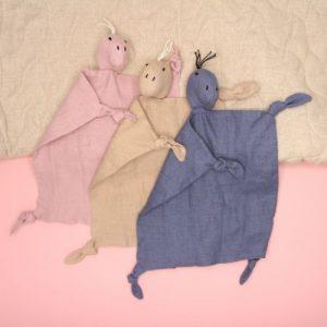 drie dino knuffeldoekjes op roze achtergrond met speelmat