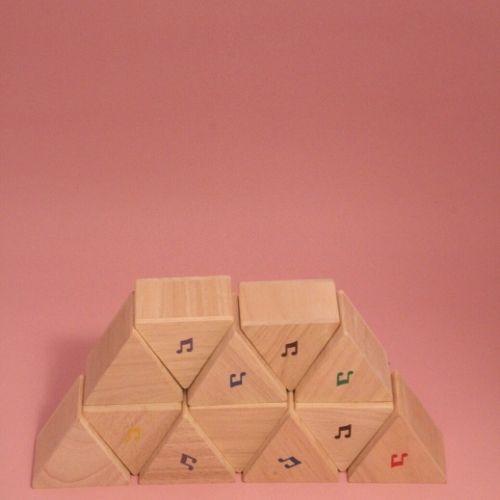 geluidsblokken gestapeld met roze achtergrond