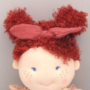 haarband rood in haar van pop sonja