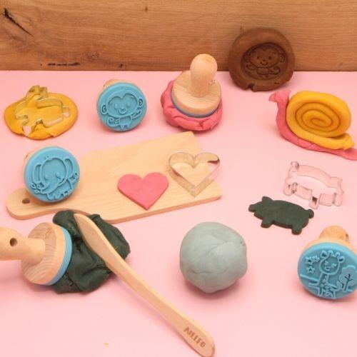 Klei met figuren en vormpjes op roze achtergrond