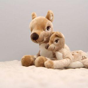 Grote en kleine Lela hertenknuffel op speelmat met grijze achtergrond