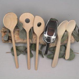 lepels 6 van hout en rvs op boomstam met grijze achtergrond