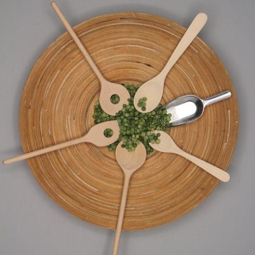 lepels 6 van hout en rvs op bamboe schaal met grijze achtergrond