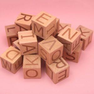 stapel letterblokken op roze achtergrond