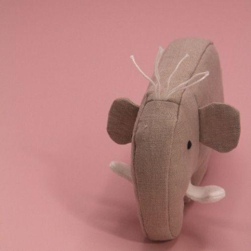 mammoet staand op roze achtergrond