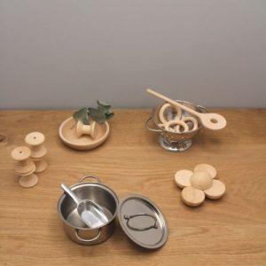 mix van materialen op houtenplank met grijze achtergrond