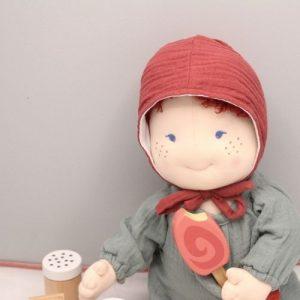 rood mutsje voor pop met grijze achtergrond