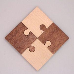 puzzelstukken 4 van hout op grijze achtergrond