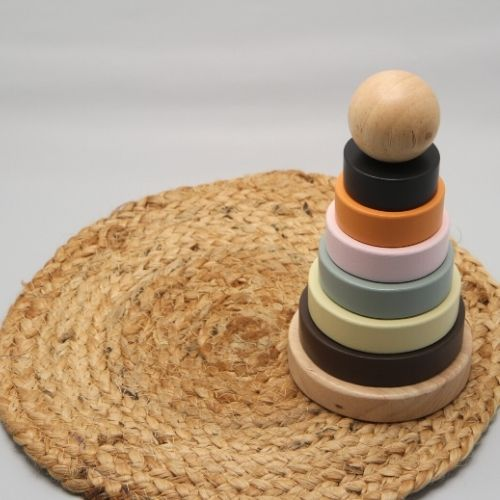 Stapeltoren ringen op mat met grijze achtergrond