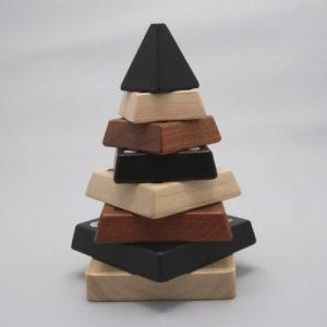 pyramide vierkant op grijze achtergrond houten speelgoed visionairspeelgoed