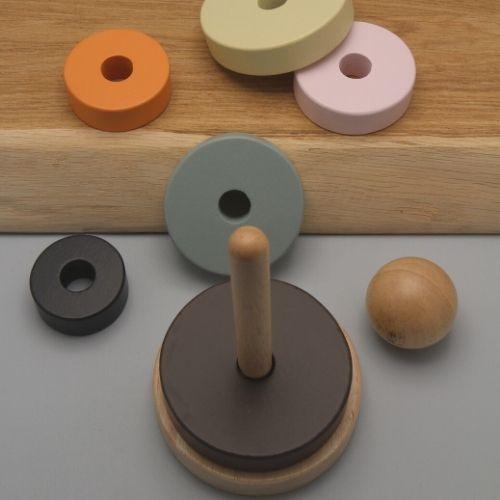 Stapeltoren ringen op plank met grijze achtergrond