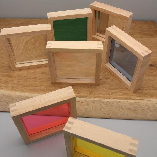 Sensorische vierkante blokken op hout met grijze ondergrond