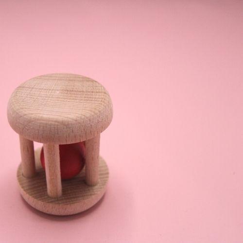 rammelaar met rood balletje op roze achtergrond