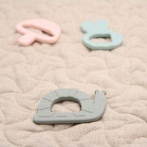 bijtring siliconen in de vorm van een slak op speelmat
