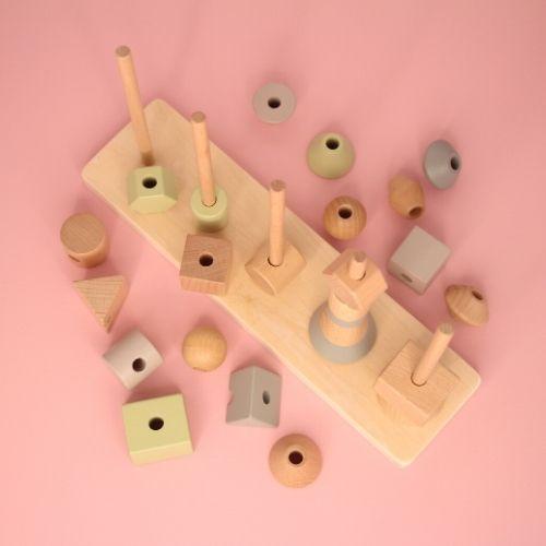 stapeltoren vormen van boven op roze achtergrond