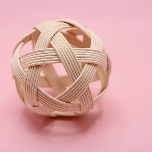 rieten pikler bal met scherpte diepte op roze achtergrond
