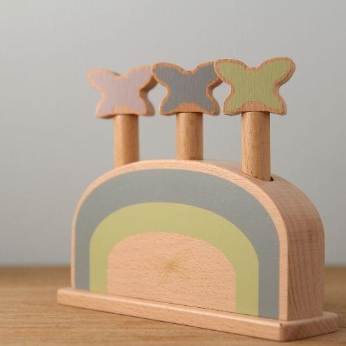 vlinders op houten plank met grijze achtergrond