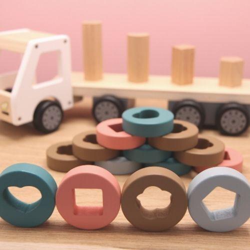 vrachtwagen met ringen op hout met roze achtergrond