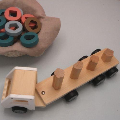 vrachtwagen van hout met ringen op grijze achtergrond