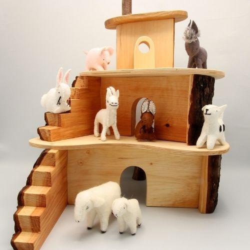 Houten huis met diertjes op grijze achtergrond