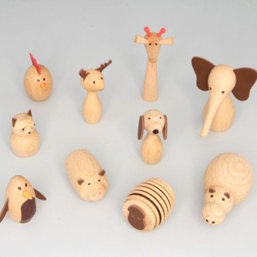 tien houten dieren op grijze achtergrond
