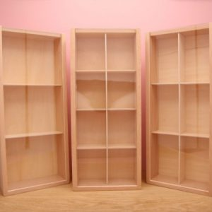 drie boxen rechtop op roze achtergrond