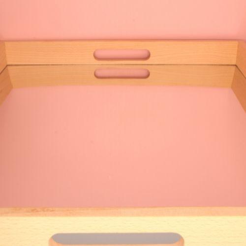 spiegel dienblad op roze achtergrond