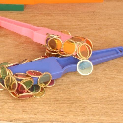 magnetische toverstaven met fiches in verschillende kleuren op plank